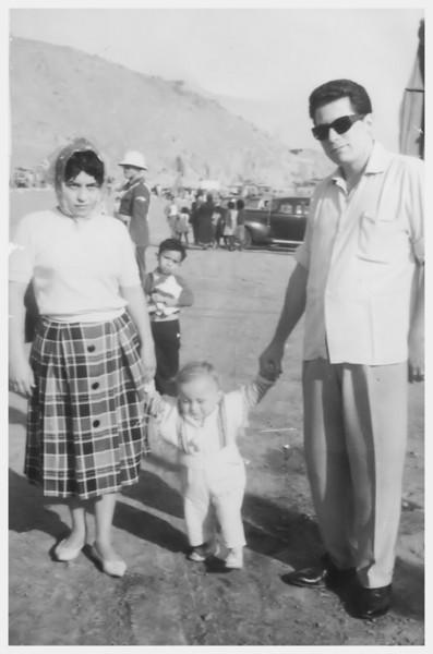 Recuerdo con todo cari~o para Tiny y Pepe.  De Concho y Eduardo.  Lima, 30 de Noviembre de 1961.