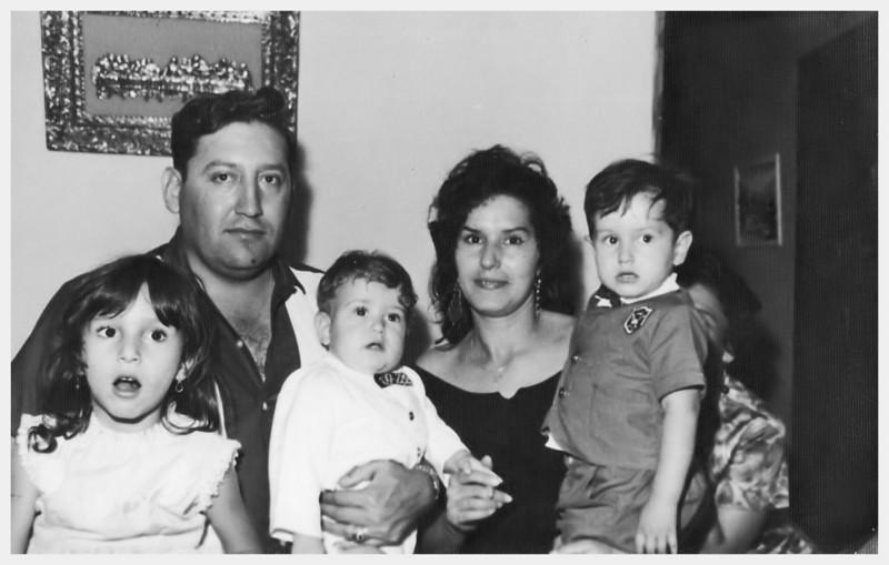 Tio Lucho y Tia Rosa con mis primos Rosa, Luchin y Ronald.