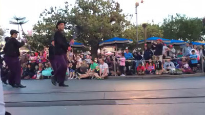 VIDEO - Parade at Disneyland with Mary Poppins