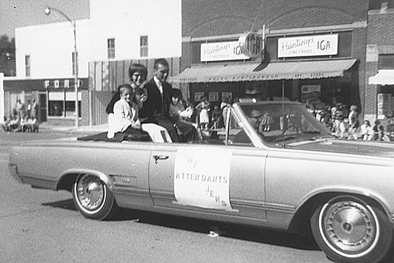 1976-10 - Honorary Homecoming Attendants