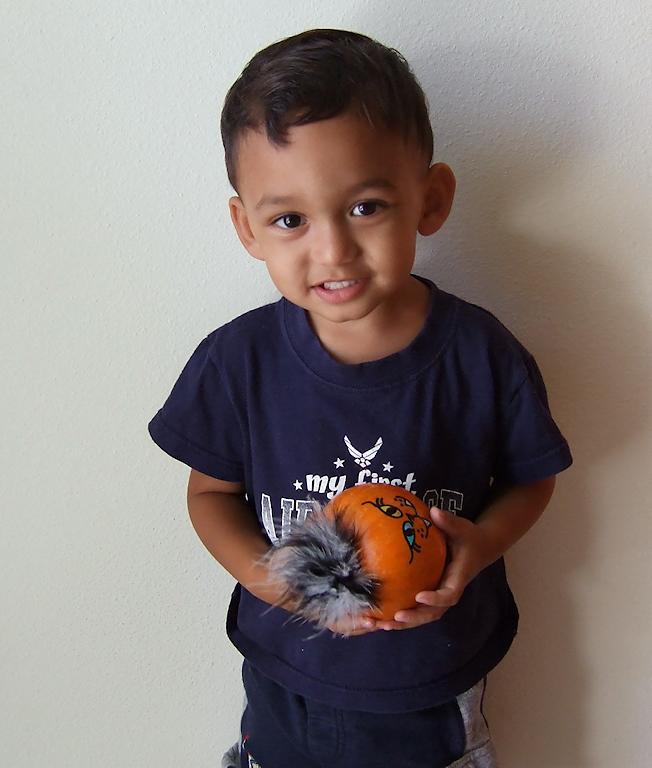 Peyton and his kitty cat pumpkin (88197532)