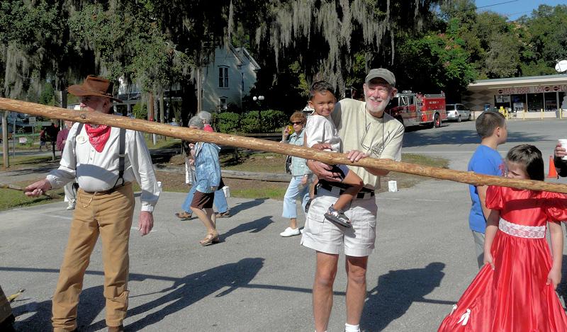 Helping press sugar cane (90095805)