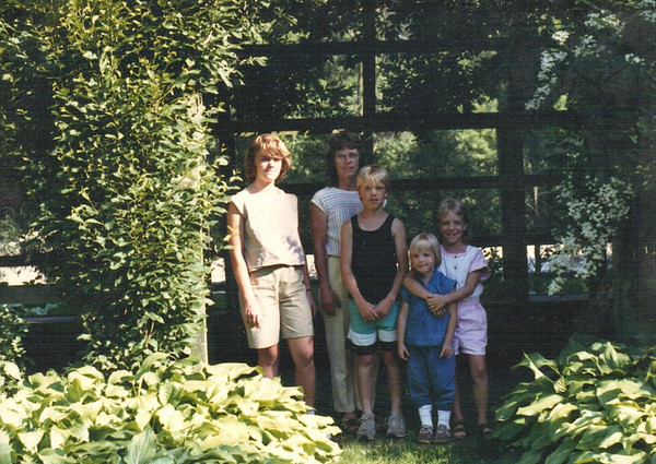 1990 - Amelia, Mom, Ash, Chara & Sophie (at Mr. Riccardi's home?)