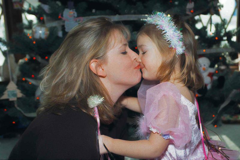 2001-12-25 MommyJenKissing Final