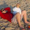 Ares (33) : Pique nique sur la plage sur une idee d'Elodie. Super. Seance de tendresse d'Estelle qui fait des bisous a sa mere et a Sophie.