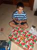 Destapando regalos poco después de la llegada de Santa a la medianoche...