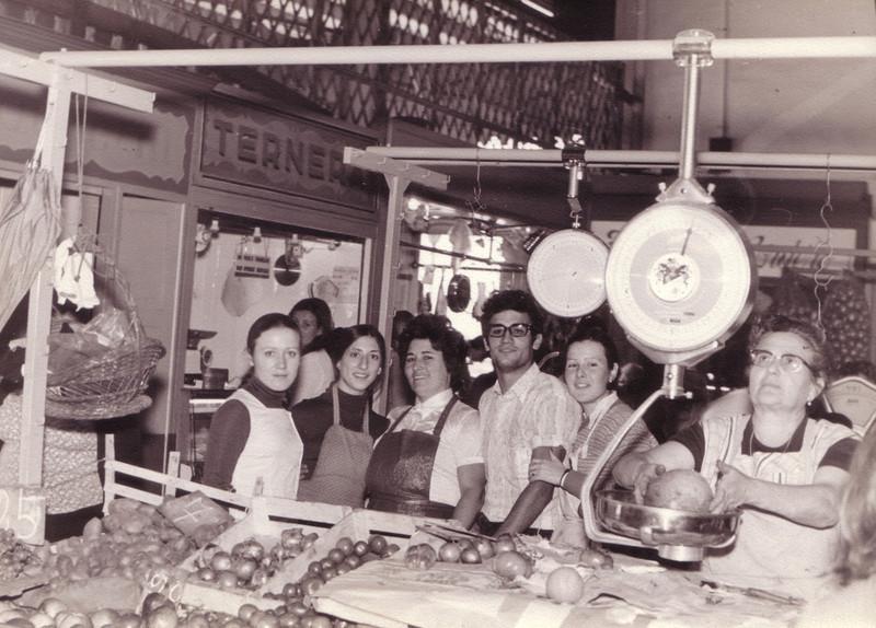 En el mercado  toda la familia con Teresita (vendedora de la parada vecina)