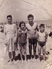 Rosario y Ángel con sus hijos en la playa de la Barceloneta