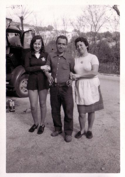 Rosario y Ángel con una amiga de la familia en la puerta del almacén