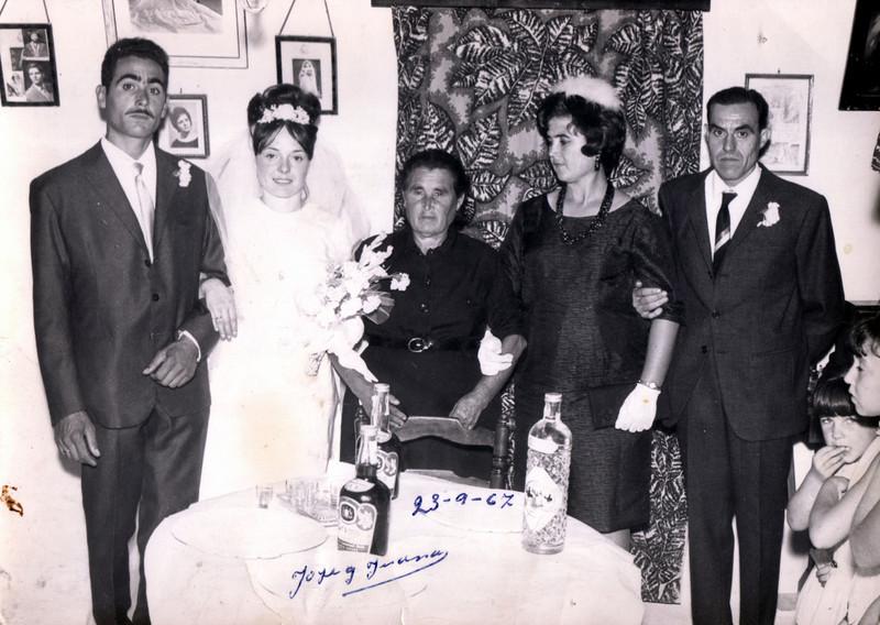"""Boda de José y Juana en casa de la """"Nina"""" (Fuensanta, matriarca de la familia) junto a Santa y Juan"""