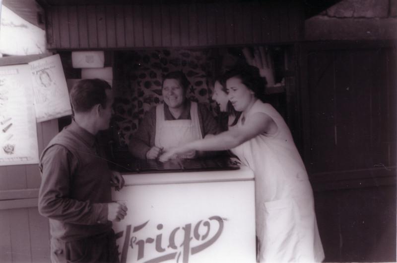 Rosario y Ángel tomando un helado