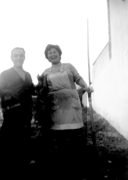 Rosario y Ángel en el jardín de casa