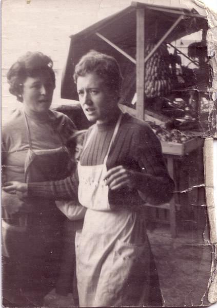 Rosario y Carmen en la plaza (Masnou)