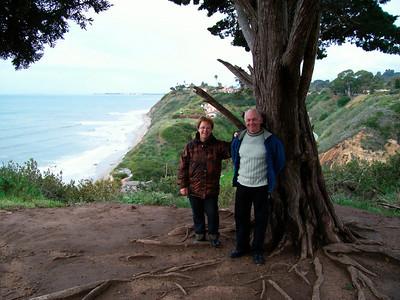Petite balade dans la Douglas Family Preserve   http://www.santabarbara.com/activities/parks/douglas_family_preserve/ Georgette & Charles avec vue sur Henry's Beach.