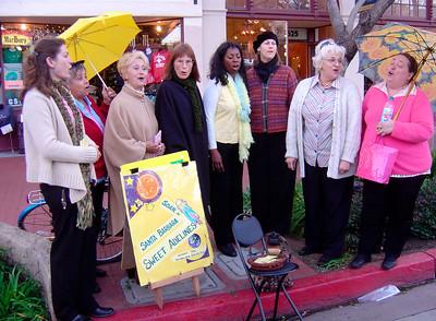 Groupe de copines qui chantent sur le marche de Santa Barbara. Info sur le marche: www.sbfarmersmarket.org Info pour chanter avec les Sweet Adelines:  www.sweetadelineintl.org/chaptersinfo.cfm?city=Santa%20Barbara&stat=CA