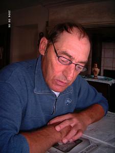 Emile lit son journal (2004)