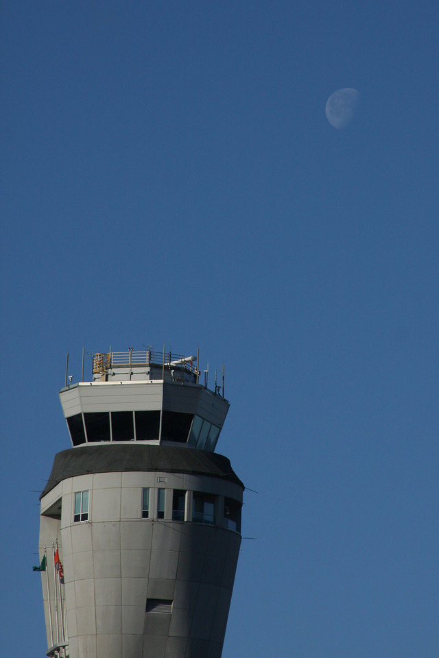 IMG4_11061 SeaTak tower and moon trmzb