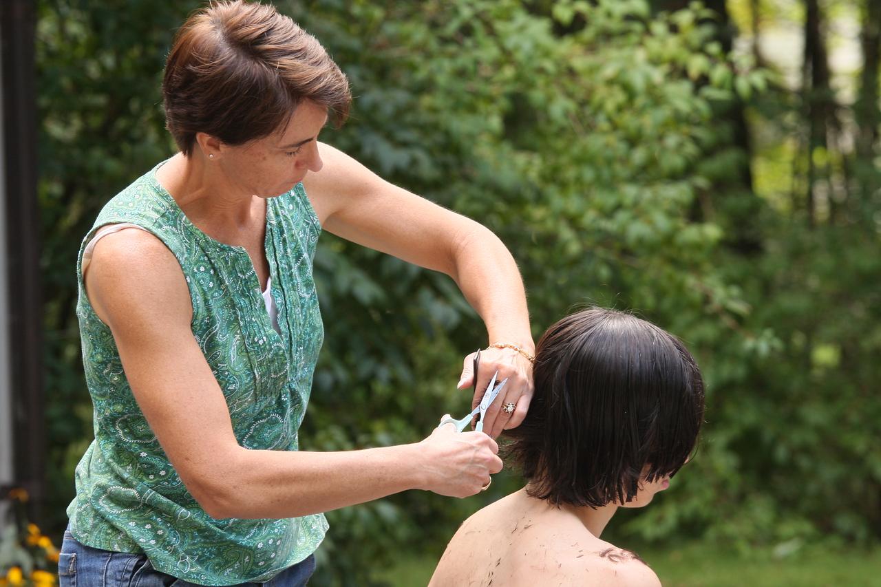 IMG4_31576 Maggie cutting Ians Hair