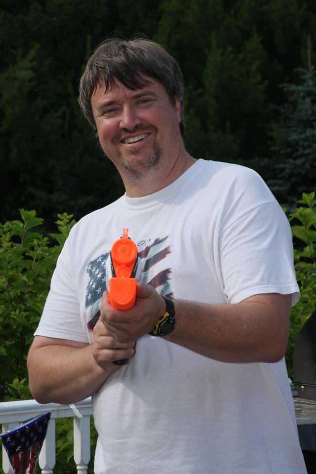 IMG4_28914 Eirik holding squirt gun