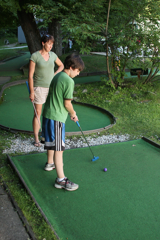 IMG4_38489 Maggie, Brian mini golf
