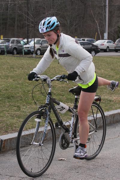 IMG4_37082 Kristin bike dismount UNE Sprint Triathlon
