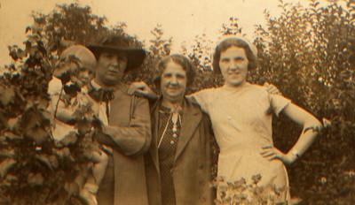 Kay-43: Emily (Cissy) McKeown left, May (Maisie) McKeown on right