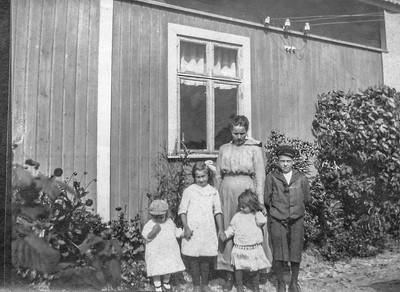Olle  Jonsson - 2  Mildred, Dagmar, Valborg, Mormor Elin, Allan