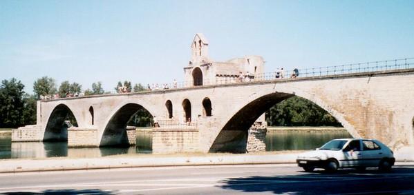 A cote du pont d'avignon