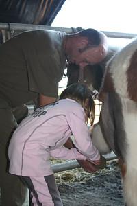 Luc aide Capucine a curer les sabots de son poney