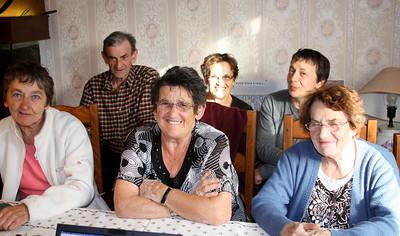 La famille devant l'ordinateur de Dave (photos de mariage)