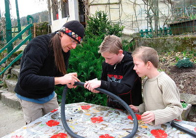 Dave montre a Augustin & William comment reparer une chambre a air de velo.