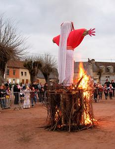 Les enfants regardent madame Carnaval en flammes