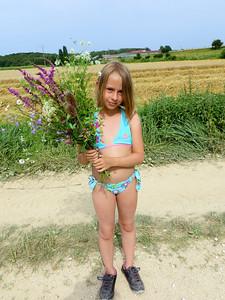 Capucine avec un bouquet pour Mamie