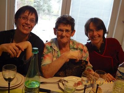 Anne-Marie entre ses 2 nièces
