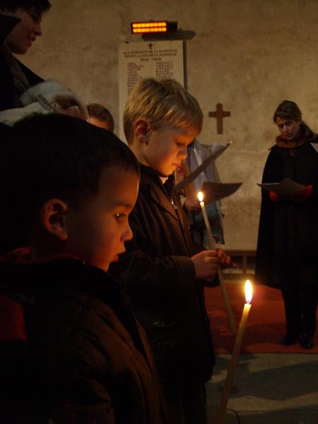 Bautizo en Antogny-le-Tillac, Diego y sus primos con la velas