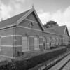 Het stationsgebouw in Loppersum.<br /> Ieder dorp aan de spoorlijn Groningen - Delfzijl had zo'n mooi station. De meeste zijn weg, gesloopt, te duur in onderhoud. Station Loppersum is één van de weinige die overgebleven is.<br /> Vroeger met een loket - kaartje kopen - en een verwarmde wachtkamer (in de winter) met houten banken, stationschef met z'n bord omhoog, ten teken, dat de trein weer kon vertrekken.