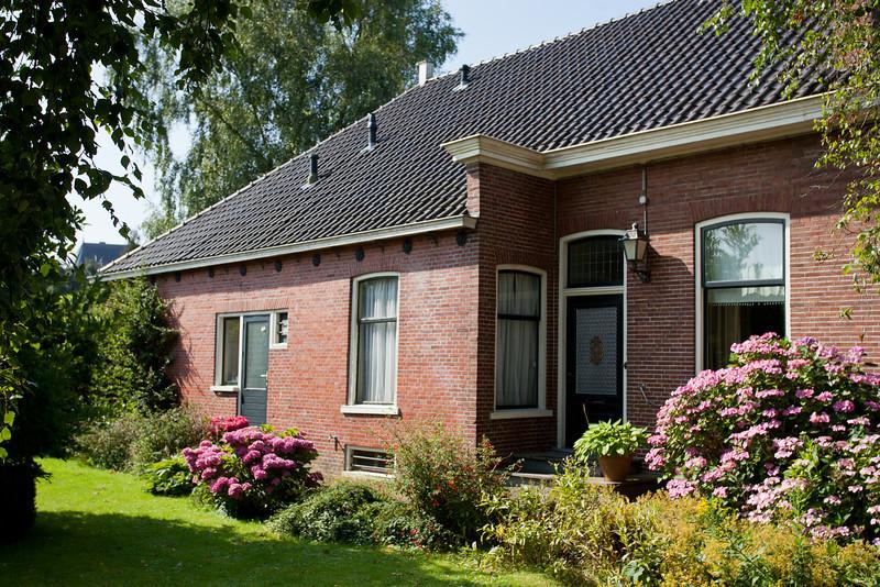 Dit huis staat naast Hotel Spoorzicht in Loppersum. Achter dit hotel was een tennisbaan en soms kwam er een balletje in onze tuin terecht. Wij waren er als kind dolgelukkig mee. Wij woonden in het achterhuis. Voor woonde de familie Eissens en zij hadden een winkel. Periode voor mijn 5de verjaardag.