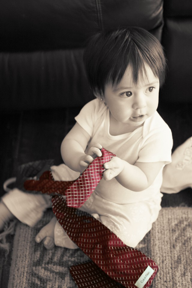 Playing with my daddy's tie...<br /> <br /> Jugando con la corbata de mi papito...