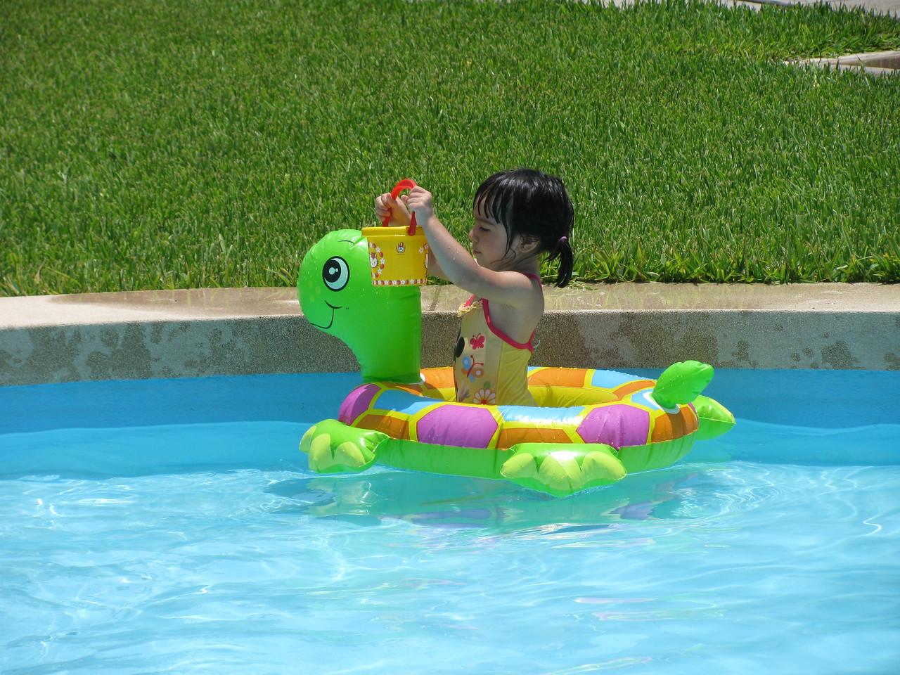 Angela pasa el dia en la piscina....