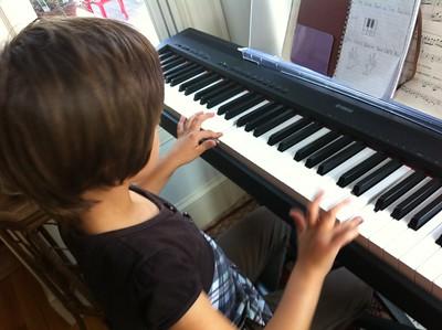 Guen plays piano.