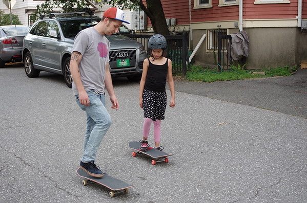 Guen gets an skate lesson.