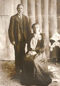 Ingólfur Eyjólfsson og Elín Salína Sigfúsdóttir.  Ingólfur var fæddur í Fagraneskoti í Aðaldal, S-Þing. 8. október 1876 og látinn 4. september 1938. Bóndi í Fagradal á Fjöllum, N-Þing., Þorbrandsstöðum og víðar í Vopnafirði. Bóndi á Skjalþingsstöðum, Hofssókn, N-Múl. 1930.  Heimildir: 1910, Samt.31, Austf.5953/12066, Æ.Þing.I, Lögr.26, 1930, Mbl.21/07/2004    Elín var fædd á Einarsstöðum í Vopnafirði 10. nóvember 1889 og látin 26. júlí 1934. Húsfreyja á Skjalþingsstöðum, Hofssókn, N-Múl. 1930. Húsfreyja í Fagradal á Fjöllum, S-Þing., Þorbrandsstöðum og víðar í Vopnafirði.  Heimildir: 1910, 1930, Samt.31, Austf.12066, Æ.Þing.I, Lögr.26, Laxd.74, Mbl.21/07/2004