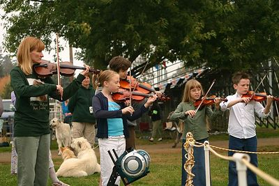 The kids play as the Vetran class enters the show ring.