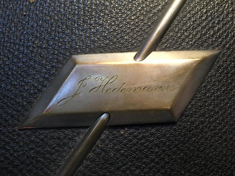 Johanne Hedemanns navn indgraveret på omslaget