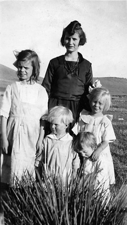 Eleanor, Ruth, Neil and Don with Aunt Francis Cole.  Taken in Dever????  My understanding is that the Johnson moved to Denver for a period of time.