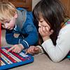 Matthijs en Jantine achter de spelcomputer van oma Jannie. Je neefje niet voorzeggen is best moeilijk.