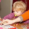 Kerst 2012 in Best.<br /> Louise aan het puzzelen. Met hulp van mama, oma en Jantine.