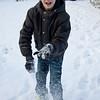 Jeroen gooit sneeuwballen naar de camera.