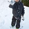 Laurens gooit sneeuwballen naar de camera.