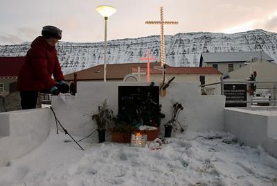 Rebekka Stígsdóttir hugar að leiði Stígs Vagns Bærings Haraldssonar og Jónu Eileifínu Jóhannesdóttur